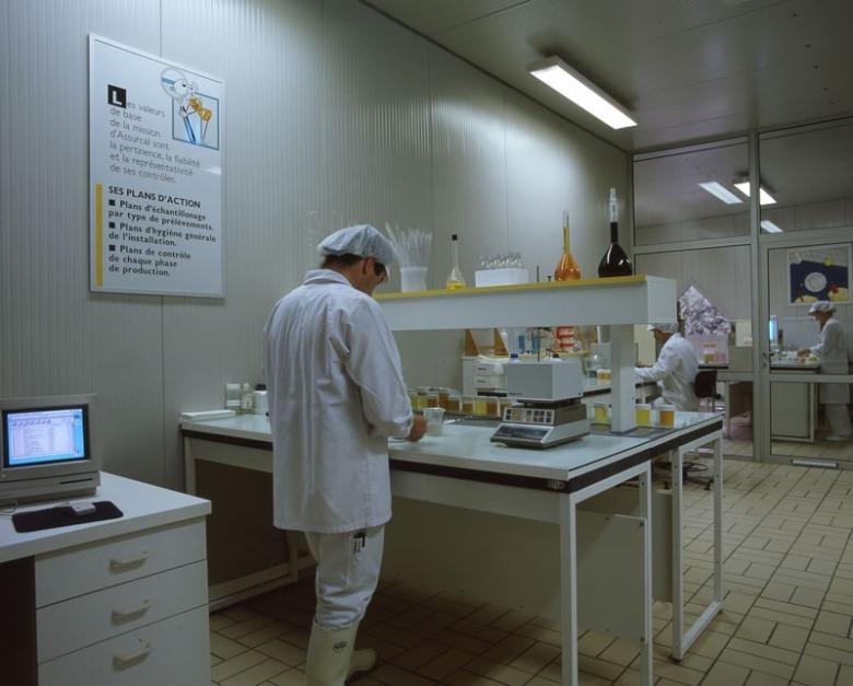 1988 : Le laboratoire est réalisé en panneaux