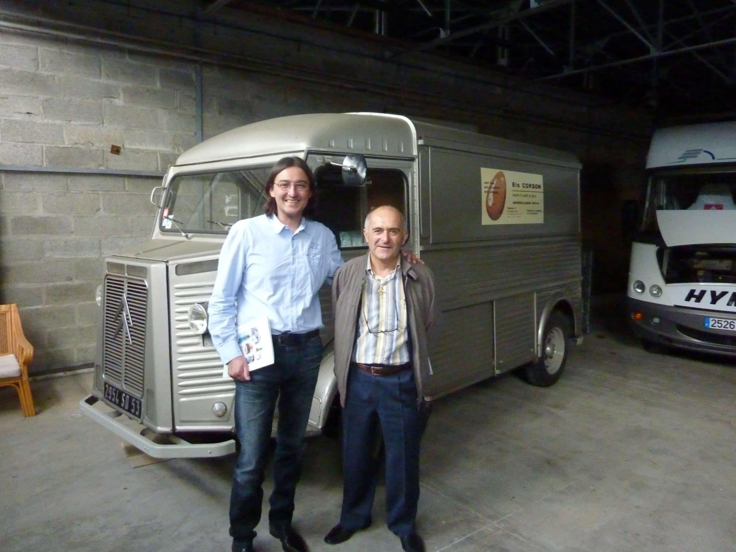 Monsieur BERARDI et son commercial devant le Tub Citroën qui collectait les œufs dans la campagne Mayennaise