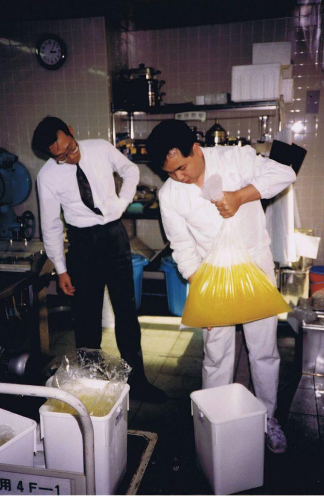 Examen des bidons de blanc d'oeufs au Japon