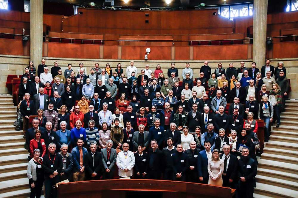 Photo officielle du concours de miel de France prise dans la salle du CESE au palais d' Iéna