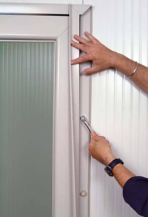 Portes frigorifiquespivotantes fixation extérieure dans panneaux