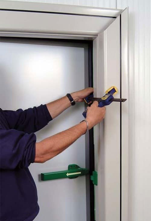 Portes frigorifiquespivotantes fixation intérieure dans panneaux